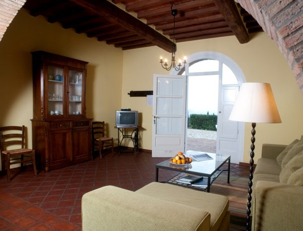 colledibordocheo-lucca-appartement-woonkamer-terras.jpg
