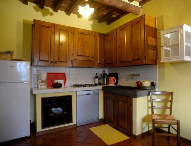 colledibordocheo-lucca-appartement1-keuken.jpg