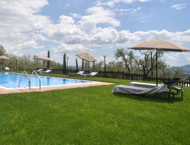 colledibordocheo-lucca-appartement-zwembad-parasol.jpg