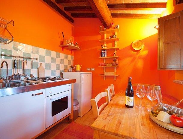 agriturismo gatto giallo montegabbione suite oranje keuken.jpg