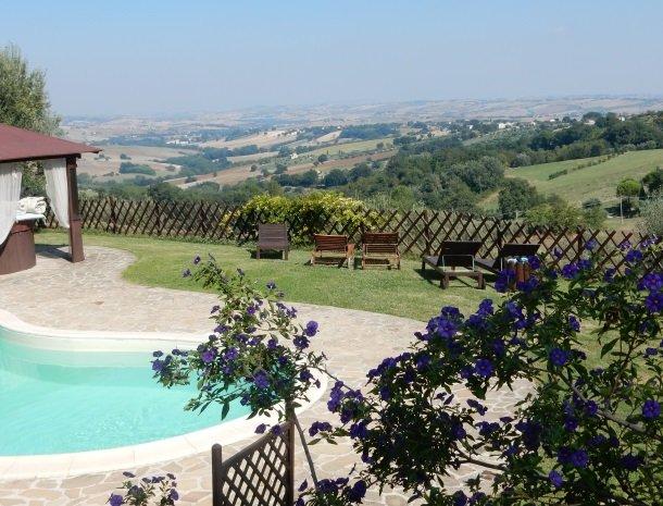 agriturismo-gli-ulivi-cingoli-zwembad-uitzicht.jpg