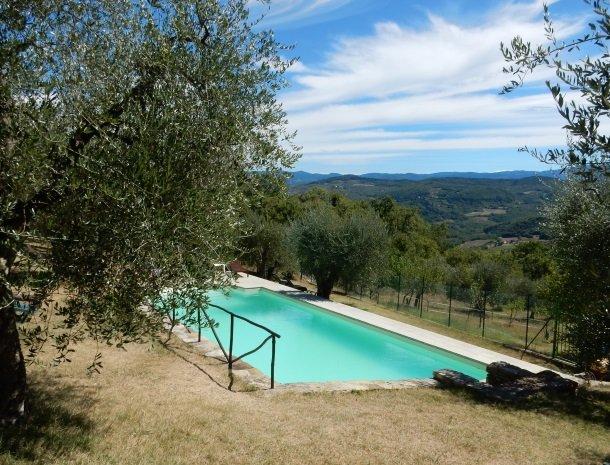 casale-le-pergole-pontassieve-zwembad-uitzicht.jpg