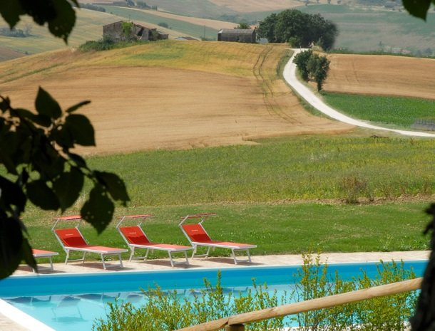 agriturismo-divin-amore-marche-zwembad.jpg