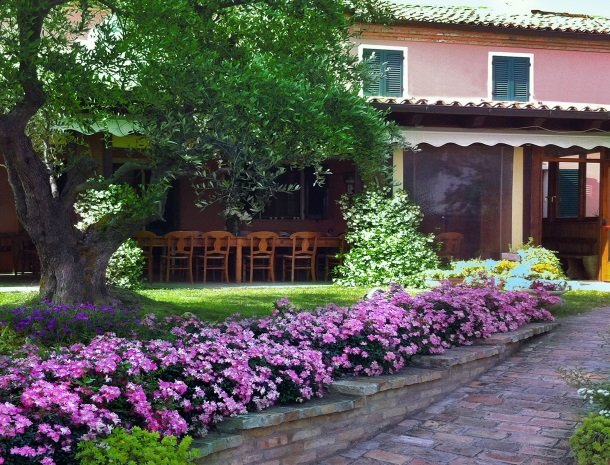 agriturismo-divin-amore-marche-tuin-huis-bloemen.jpg