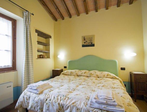 la-casa-colonica-tuoro-sul-trasimeno-tulipano-slaapkamer.jpg