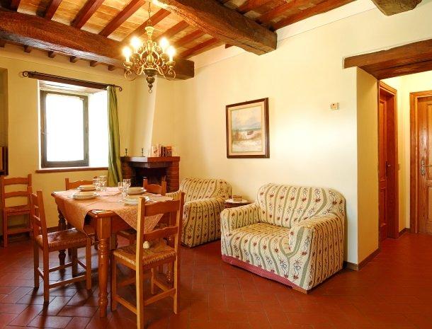 la-casa-colonica-tuoro-sul-trasimeno-appartement-primula-woonkamer.jpg