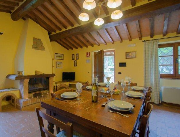 la-casa-colonica-tuoro-sul-trasimeno-appartement-tulipano-woonkamer.jpg