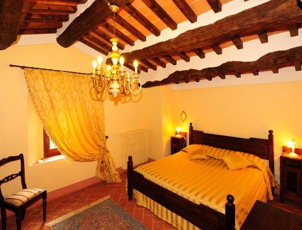 la-casa-colonica-tuoro-sul-trasimeno-slaapkamer.jpg