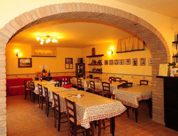 la-casa-colonica-tuoro-sul-trasimeno-restaurant.jpg