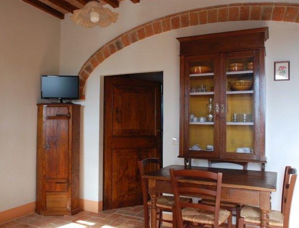 podere-alberese-asciano-toscane-appartement-eettafel.jpg