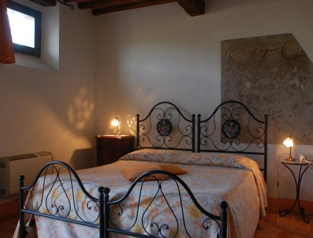 podere-alberese-asciano-toscane-slaapkamer-appartement.jpg