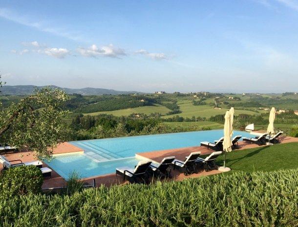 borgo-divino-montespertoli-zwembad-uitzicht.jpg