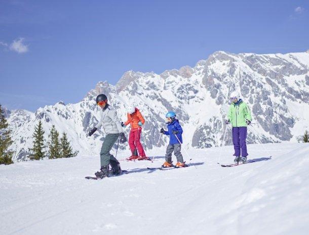 hotel-bergzeit-familie op de skies.jpg