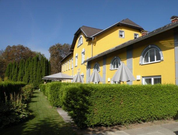 gastehaus karl august-achterkant-terras.jpg