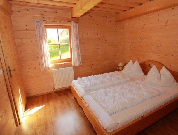 huttendorp-dachsteinblick-pruggern-slaapkamer.jpg