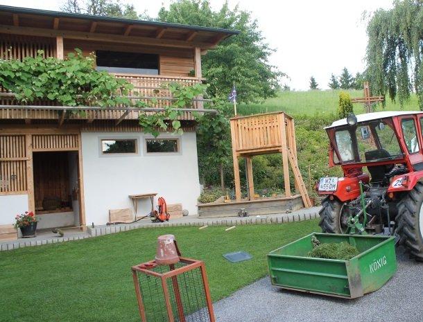kleinhofers himbeernest - tractor.jpg