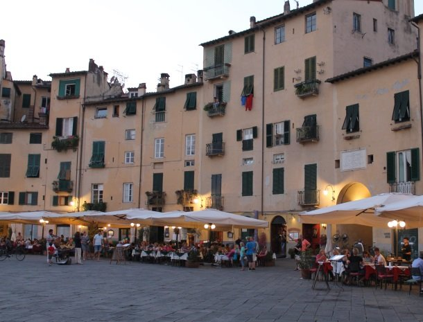 lucca piazza anfitheatro.jpg