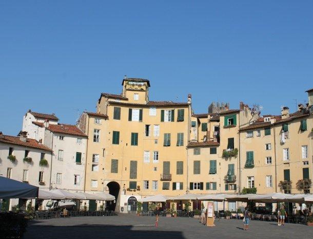 lucca piazza anfitheatro overdag.jpg