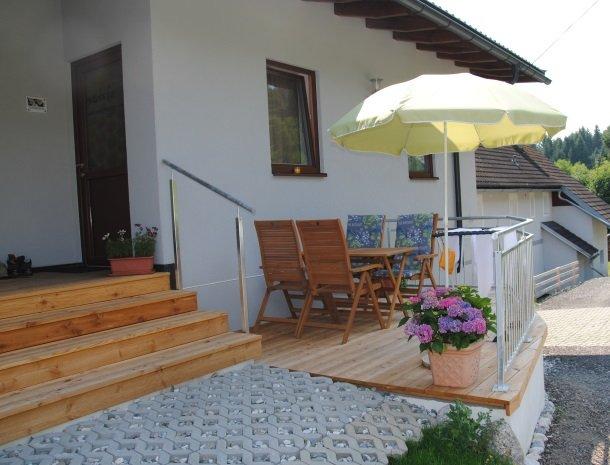 kronhofer-presseggersee-schneerose-terras-parasol.jpg