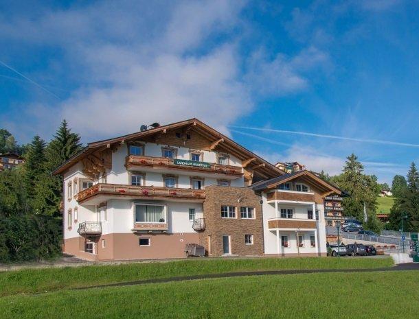 landhaus-hubertus-rohrmoos-overzicht-blauwe lucht.jpg