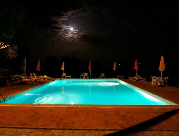 agriturismo casale delle lucrezie-todi-zwembad-avond.jpg