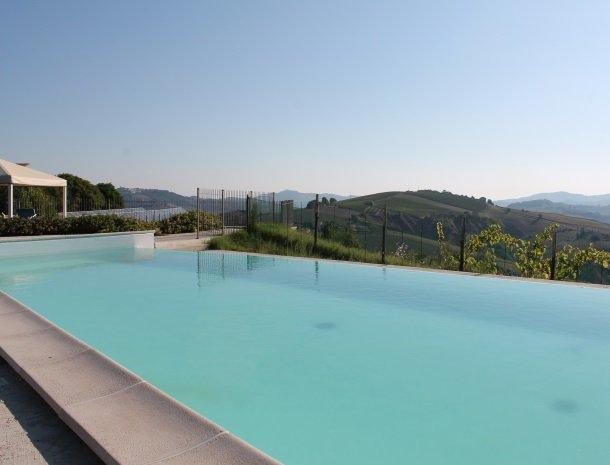 fattoria-marchetti-marche-zwembad-overzicht.jpg