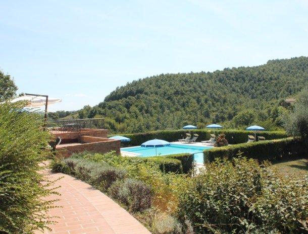 case-vacanze-casalta-gubbio-zwembad-overzicht.jpg