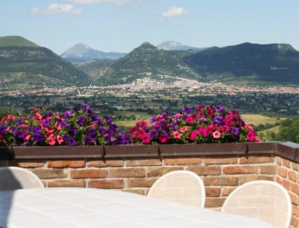 case-vacanze-casalta-gubbio-tafel-uitzicht.jpg