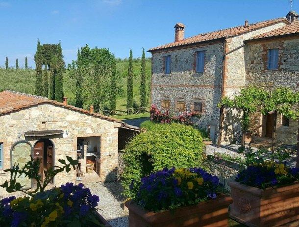 30 podere-alberese-asciano-toscane-overzicht-bloemen.jpg