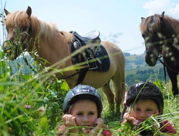 petschnighof-diex-meisjes-paarden.jpg