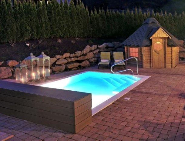 ferners-rosenhof-murau-zwembad-avond-huisje.jpg