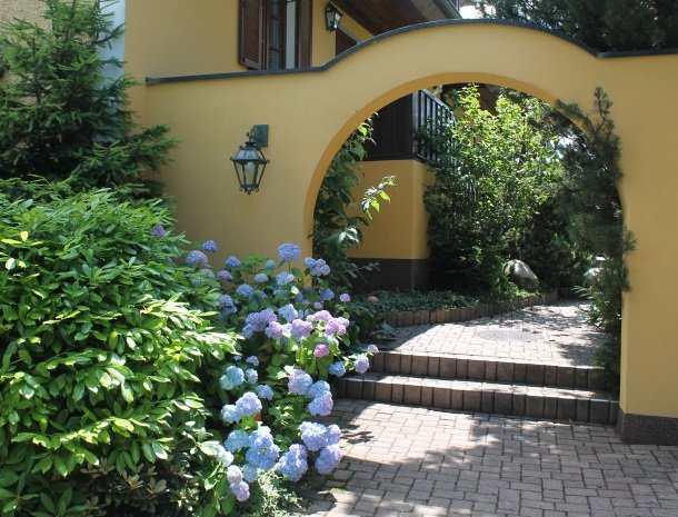 weingut-rebenhof-wijngebied-steiermark-tuin-bloemen.jpg