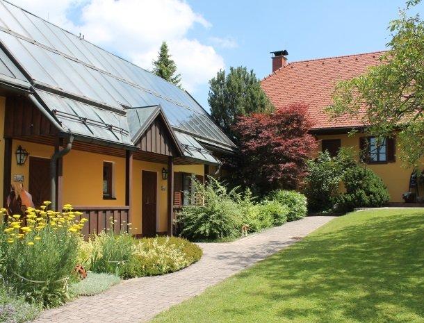 weingut-rebenhof-wijngebied-steiermark-kamer-tuin.jpg