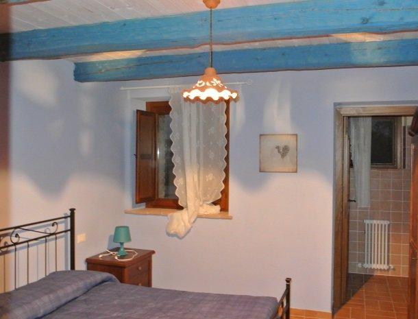 casale-don-dome-marche-slaapkamer-blauw.jpg