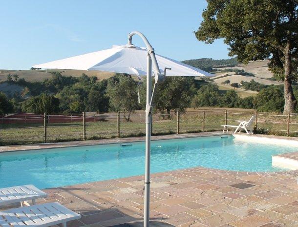 casale-don-dome-marche-zwembad-parasol.jpg