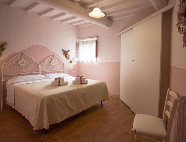 agriturismo santo stefano-castiglion-fiorentino-slaapkamer.jpg