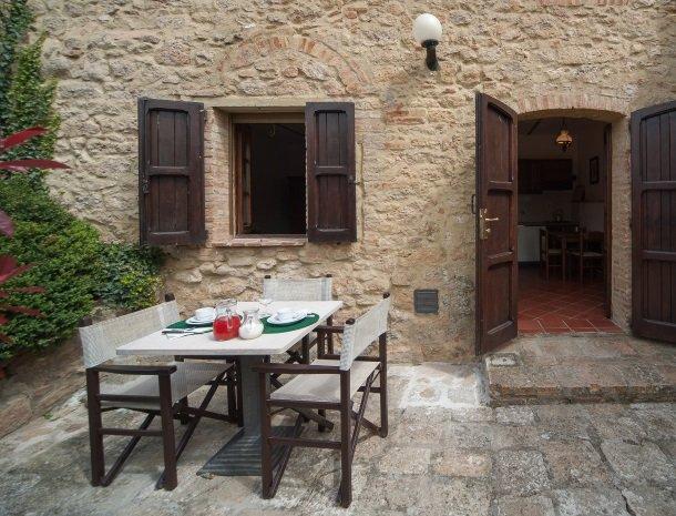 podere-san-lorenzo-volterra-tafel-buiten.jpg