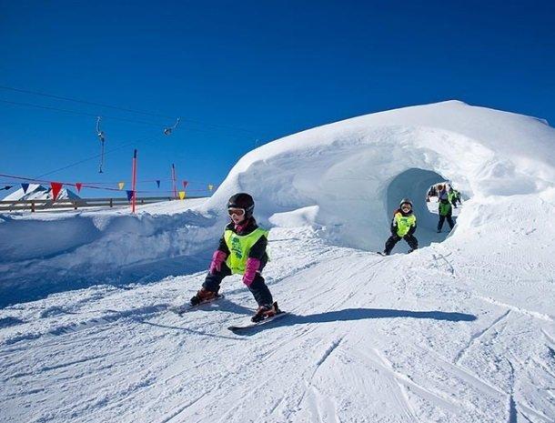 hotel bergzeit-grossarl-kind-skien.jpg