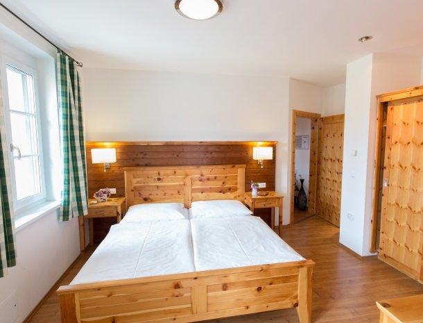 zirbenland-steiermark-appartement-slaapkamer.jpg