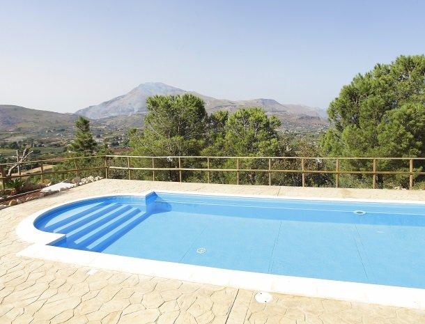 villa-daniela-sicilie-zwembad-uitzicht-landschap.jpg