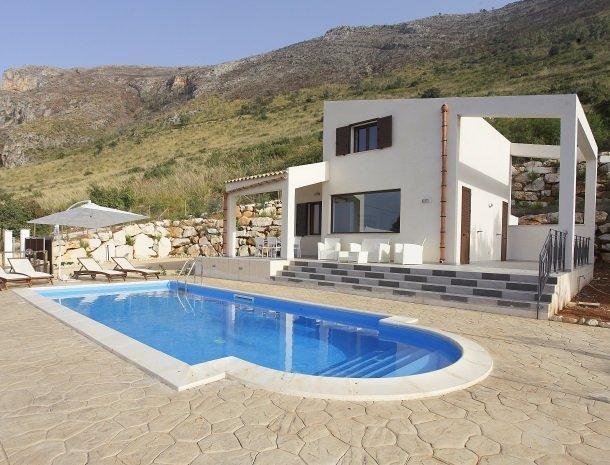villa-daniela-sicilie-zwembad-villa-zonsondergang.jpg