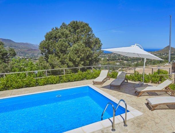 villa-daniela-sicilie-zwembad-zee.jpg