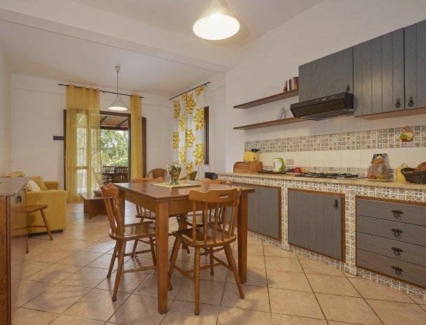 casedicalamazzo-scopello-appartementen-keuken-eethoek-terras.jpg