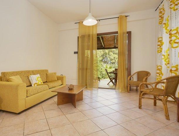 casedicalamazzo-scopello-appartementen-woonkamer-terras.jpg