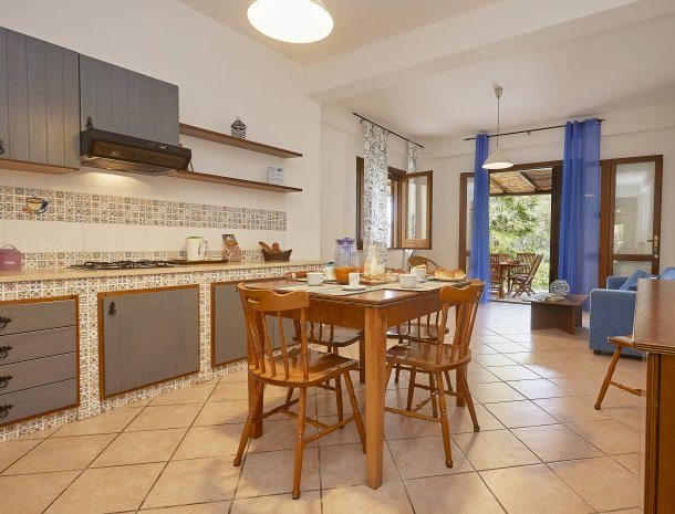 casedicalamazzo-scopello-appartementen-eethoek-woonkamer.jpg