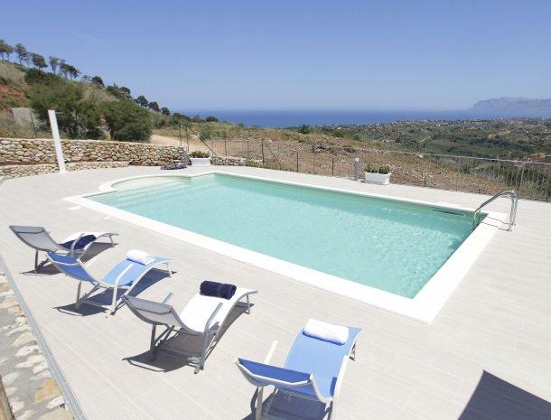 villadellamerla-sicilie-het-zwembad.jpg