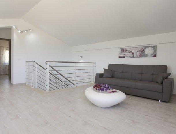 villadellamerla-sicilie-bank-woonkamer.jpg
