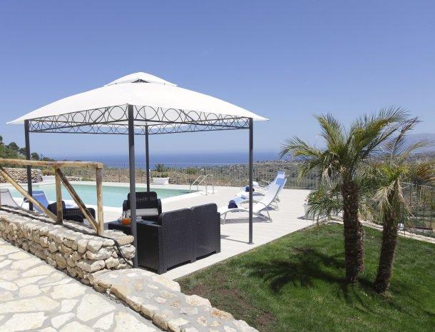 villadellamerla-sicilie-tuin-zwembad-uitzicht.jpg