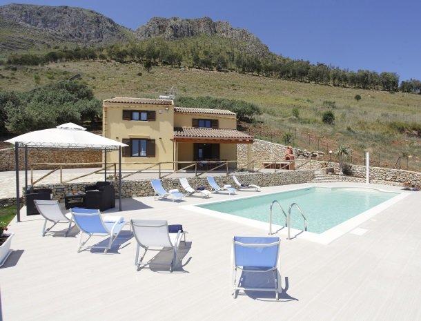 villadellamerla-sicilie-zwembad-ligstoelen.jpg
