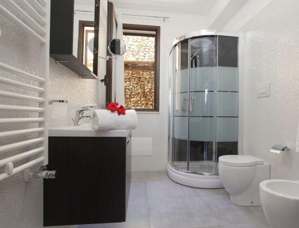 villadellamerla-sicilie-badkamer-douche.jpg